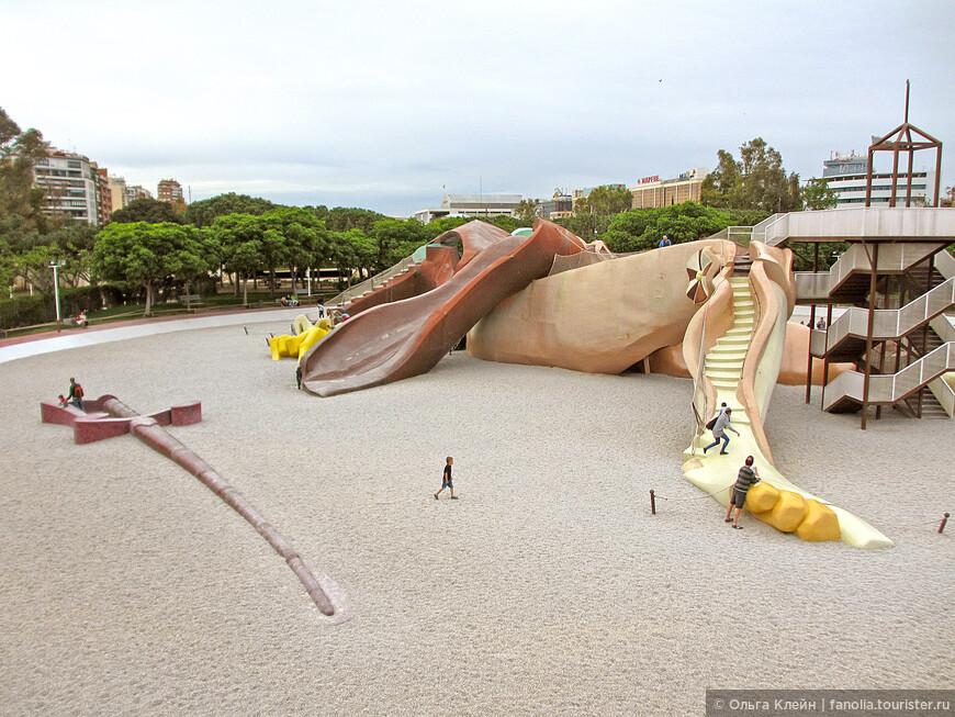 Под мостом Pont del Regne есть детская площадка Parc Gulliver. Лежащая фигура Гулливера