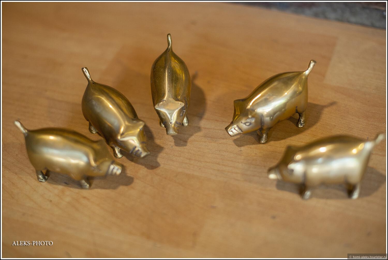 Бронзовые пяточки... Но не три. побольше... Среди современных свиноводов корейские породы свиней пользуются огромной популярностью. Корейские свиньи отличаются своим внешним видом - черным цветом кожи и отвисшим до земли животом. Иногда ошибочно разделяют свиней на корейскую и вьетнамскую породы. Но, оказывается, это одна и та же порода - азиатская травоядная вислобрюхая свинья. Хотя на этих фигурках она совсем не вислобрюхая...., Загадки корейской этно-деревни (часть вторая)
