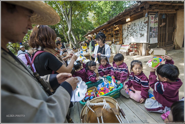 Примеряем разные маски. Корейцы очень уважают культуру масок... Позже мы побываем в деревушке Хахве, жители которой изготавливают маски, известные по всей стране... оказывается, традиционные корейские маски хахве служат как бы наглядным изображением представителей предшествующих поколений. Хотя к маскам для детей это может и не иметь отношения..., Загадки корейской этно-деревни (часть вторая)