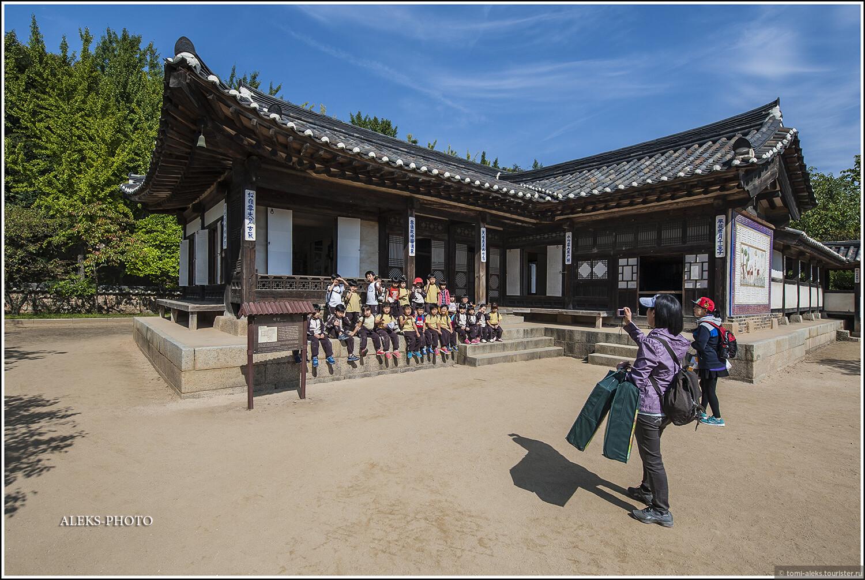 Дежурное фото у одного из сотен домиков с типично корейской покатой крышей... Эти домики так похожи друг на друга, потому что элементы всех крыш изготавливались по одному шаблону. И так же - в Китае... Во всяком случае, в Пекине, в Запретном Городе... Все, как в конструкторе..., Загадки корейской этно-деревни (часть вторая)
