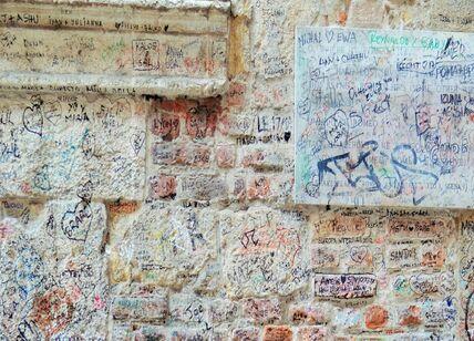 Эстетика исписанных стен. Но записок Ромео пишут меньше, чем Джульетте