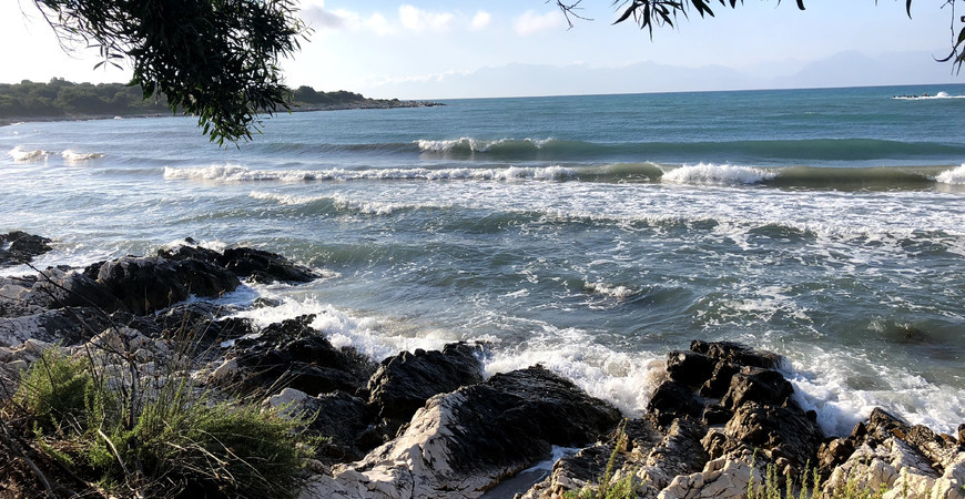 Пляж Агиос Спиридонас на Корфу