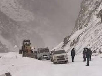 На Военно-Грузинской дороге из-за снегопада застряли туристы