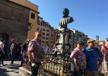 На мосту Понто Веккио у памятника Бенвенуто Челлини