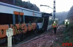 В Каталонии поезд сошел с рельсов из-за оползня