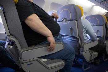 Туриста заклинило в кресле самолёта из-за полного соседа