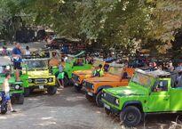 Сафари-джипы на парковке у водопадов