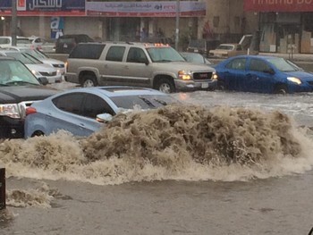В Саудовской Аравии сильнейшим наводнением затопило пустыню (видео)