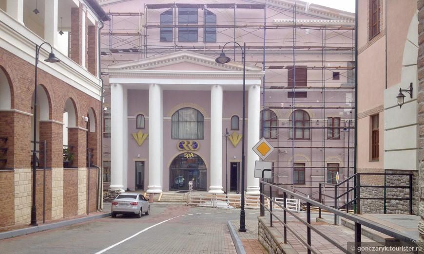 Колонны задуманы были архитектором, наверно, ионическими. Судя по базе. Но капители отсутствуют.