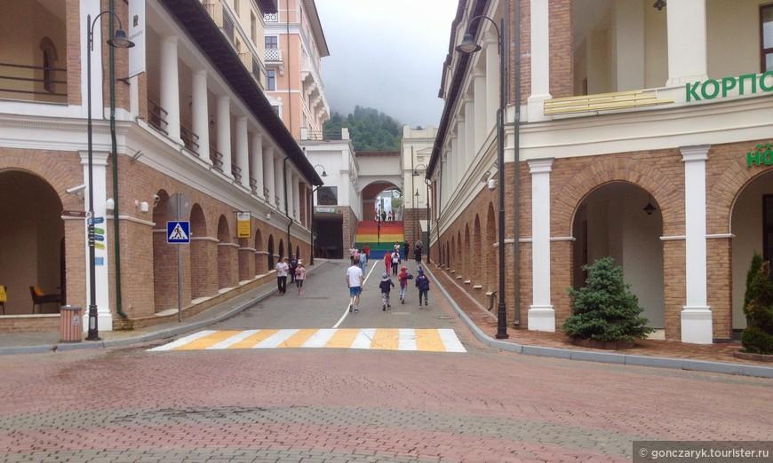 Тротуары слишком узкие, машин почти нет, люди ходят по проезжей части