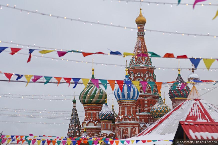 Здесь, под покровительством ярких луковичек собора Василия Блаженного...