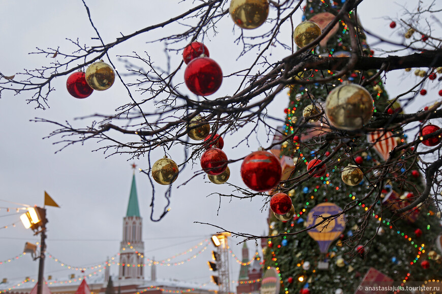 Москва, круглогодично одна из красивейших столиц планеты, в преддверии Рождества превращается в волшебную сказку...