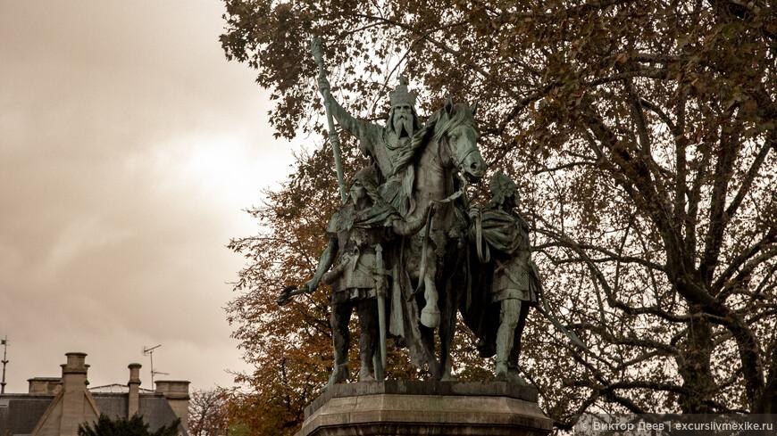 Собор Парижской богоматери. Статуя у входа