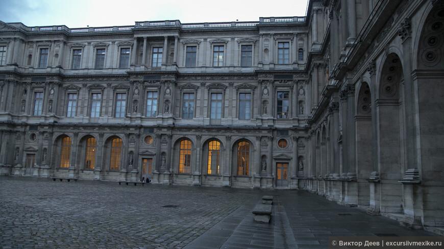Лувр внутренний двор