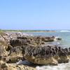 Отвесные скалы на диком пляже. Сеноты штата Quintana Roo, Карстовые озера