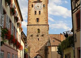 Мясницкая башня называлась так потому, что рядом с ней находилась городская скотобойня. А вообще -то это сторожевая башня XIII века, единственно оставшаяся из системы оборонительных сооружений города. Верхний ярус башни надстроили в 1536 году и украсили гербом семьи Рибопьер и символом Ордена Золотого Руна, которым император Максимиллиан наградил Гийома де Рибопьер.