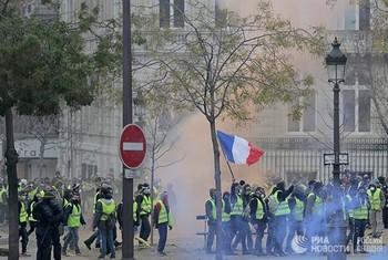 Массовые беспорядки в Париже не отпугнули россиян