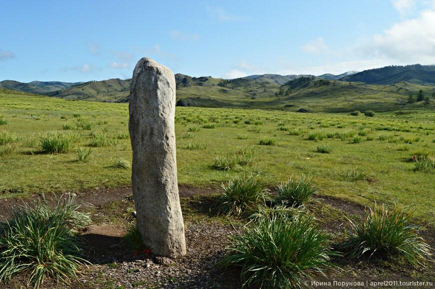 """Повсюду можно увидеть отдельно стоящие мегалиты или целые комплексы. У некоторых камней установлены таблички: """"Родовой камень семьи такой-то""""..."""