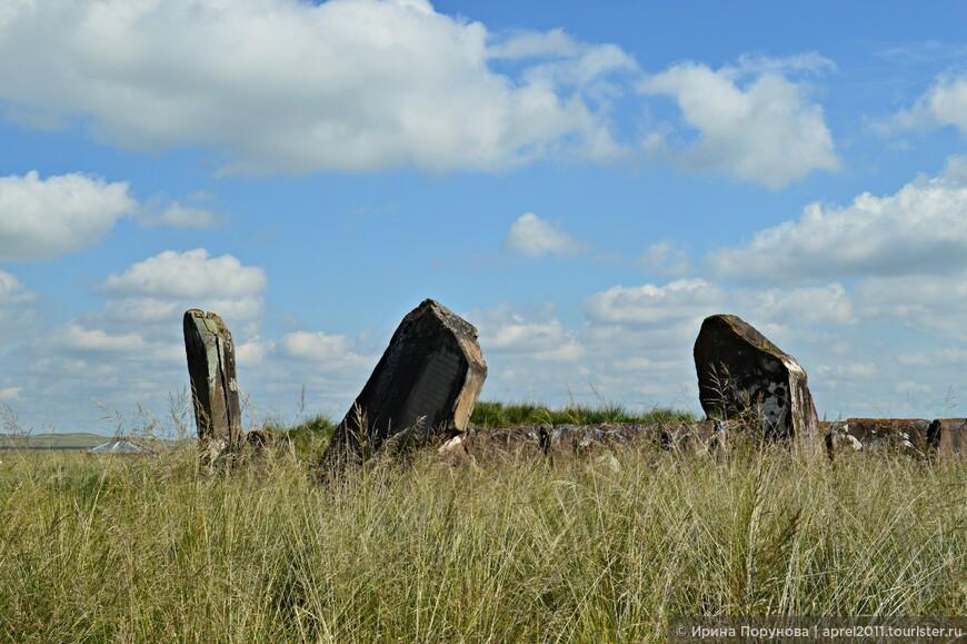 Курган представляет собой каменный квадрат (площадью 70*70 м) из огромных плит девонского песчаника (весом 30-70 тонн). По углам и сторонам этой каменной ограды были вкопаны большие менгиры, всего 23 камня высотой до 6 метров.
