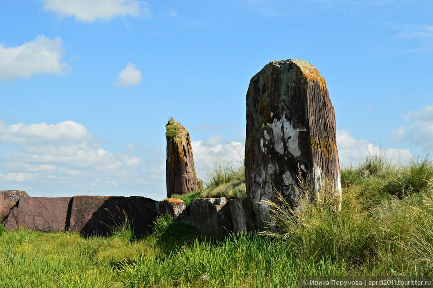 Есть версия, что помимо погребального комплекса, курган мог быть и древним храмом и астрономической обсерваторией.