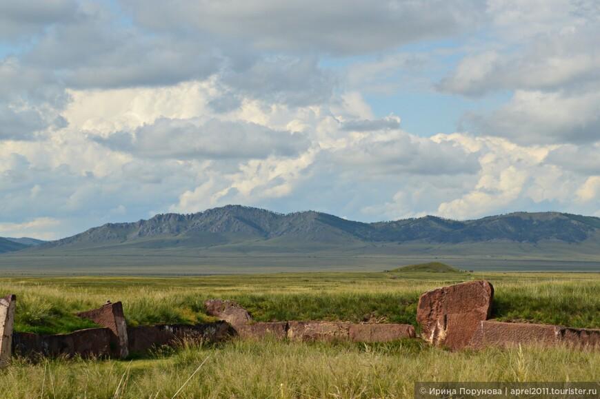 Часть каменной ограды Большого Салбыкского кургана