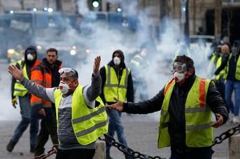 В ходе протестов в Париже пострадали около 30 человек