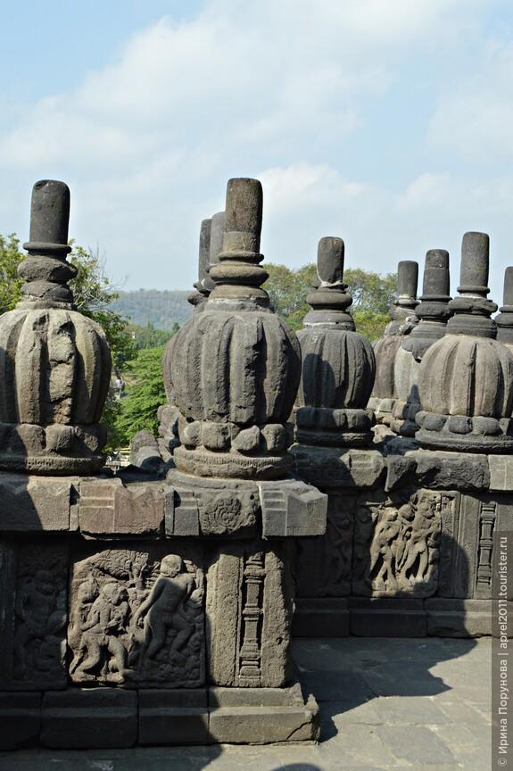 Много скульптур и барельефов были вывезены с территории храма голландцами. Местные жители использовали камни в качестве строительного материала.