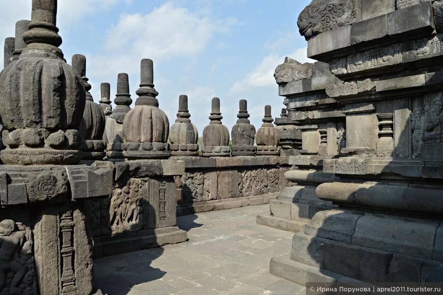 Можно бесконечно бродить вокруг храмов и разглядывать удивительные барельефы
