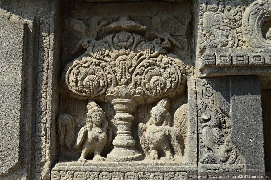 На барельефах - сюжеты из древнеиндийского эпоса «Рамаяна»