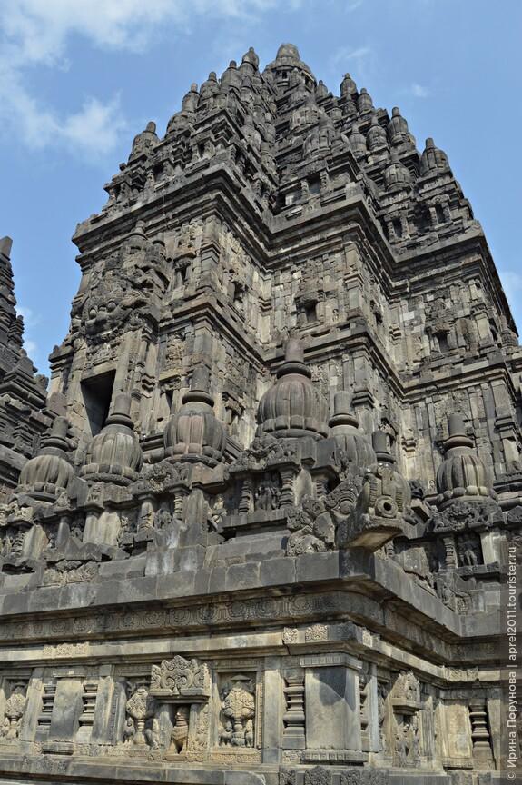 Храм Прамбанан представляет собой гордо возвышающееся величественное каменное сооружение, давно потемневшее от времени.