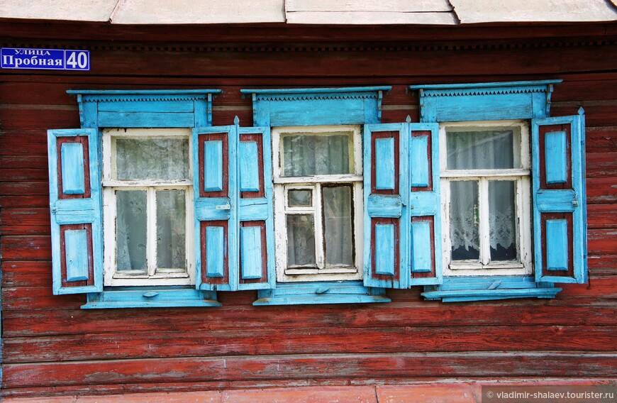 Тот самый дом, откуда хозяин в одних тапочках выскочил. Краска облезла, но выглядит благородно. Пожалуй, сделаю эту фотографию из вредности заглавной.