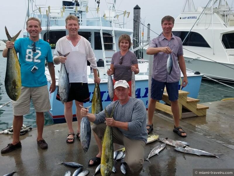Поверьте, даже если вы не любитель подобных развлечений, рыбалка в Майами - особенный и, несомненно, заслуживающий внимания отдых! Прибрежные воды океана в Майами настолько богаты рыбой, что хороший улов здесь практически гарантирован! Махи-махи, туна, морской окунь, макрель, а может быть, и марлин или акула (!) станут вашим уловом в этот день. Пойманую рыбу по возвращению на берег разделают для вас на филе и вы сможете взять ее с собой, чтобы приготовить дома или в одном из местных ресторанов.  Мы также можем дополнить ваш рыбацкий тур отдыхом в парке с барбекю и приготовим для вас свежепойманую рыбу на гриле.  , Наши гости в Майами. Фото с наших экскурсий.