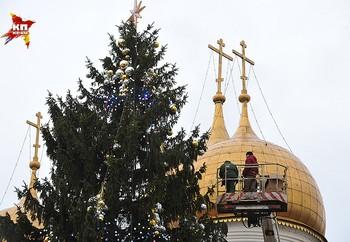 В Кремле устанавливают главную новогоднюю ёлку страны