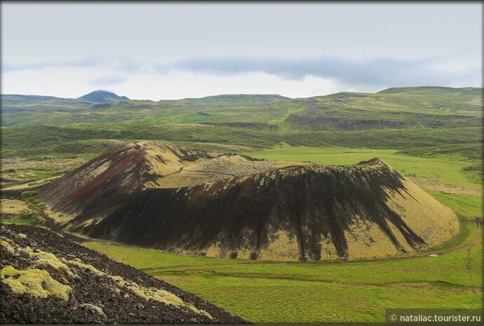 С двух сторон большого Граброк кратера расположены два кратера поменьше. Второй находится слева от стороны подъема.