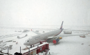 В аэропортах Москвы из-за снегопада задержаны 50 рейсов