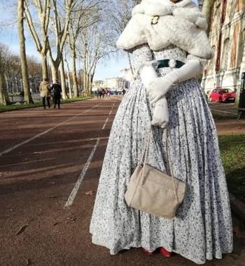 Туристку в пышном платье не пустили в Версаль