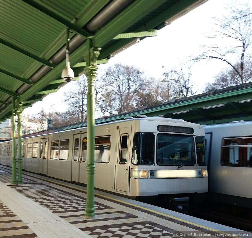 В Вене довольно удобная сетка линий метро, хотя самих линий всего пять. Метро нередко выходит на поверхность. Вот одна из наземных станций. Интересная особенность вагонов метро: двери не открываются автоматически, все сразу. Хочешь выйти или войти - жми на большую красную кнопку на двери. Этот вагон более старый - здесь надо потянуть за ручку. Кстати, такая же система - на автобусах, троллейбусах, трамваях.