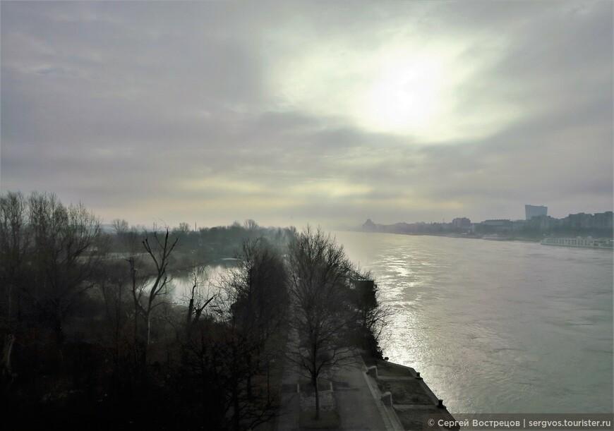 Обзорная экскурсия по городу. Дважды пересекли Дунай. Начинающийся январский день никак не может сбросить серую кисею... Где вы, прекрасный голубой Дунай и дунайские волны?