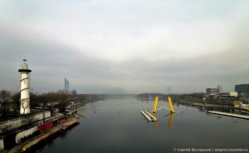 Загадочное сооружение посреди Дуная. Возможно, разборный наплавной мост?