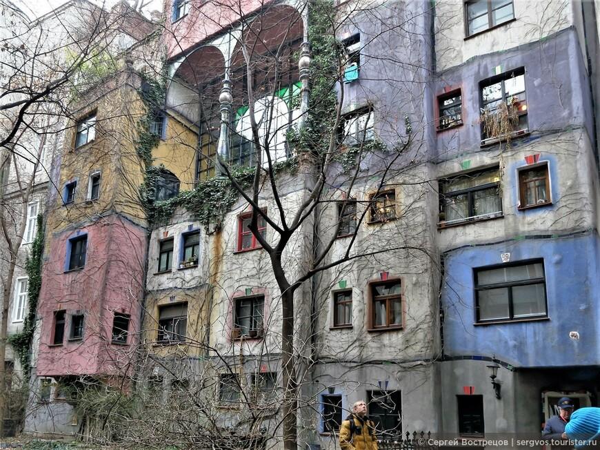 """Абсолютно нестандартное жильё, почти полное отсутствие прямых линий и плоскостей, даже полы """"гуляют""""."""
