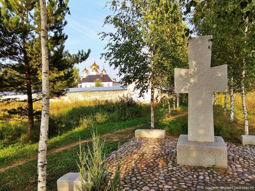 В конце берёзовой аллеи - поклонный крест.