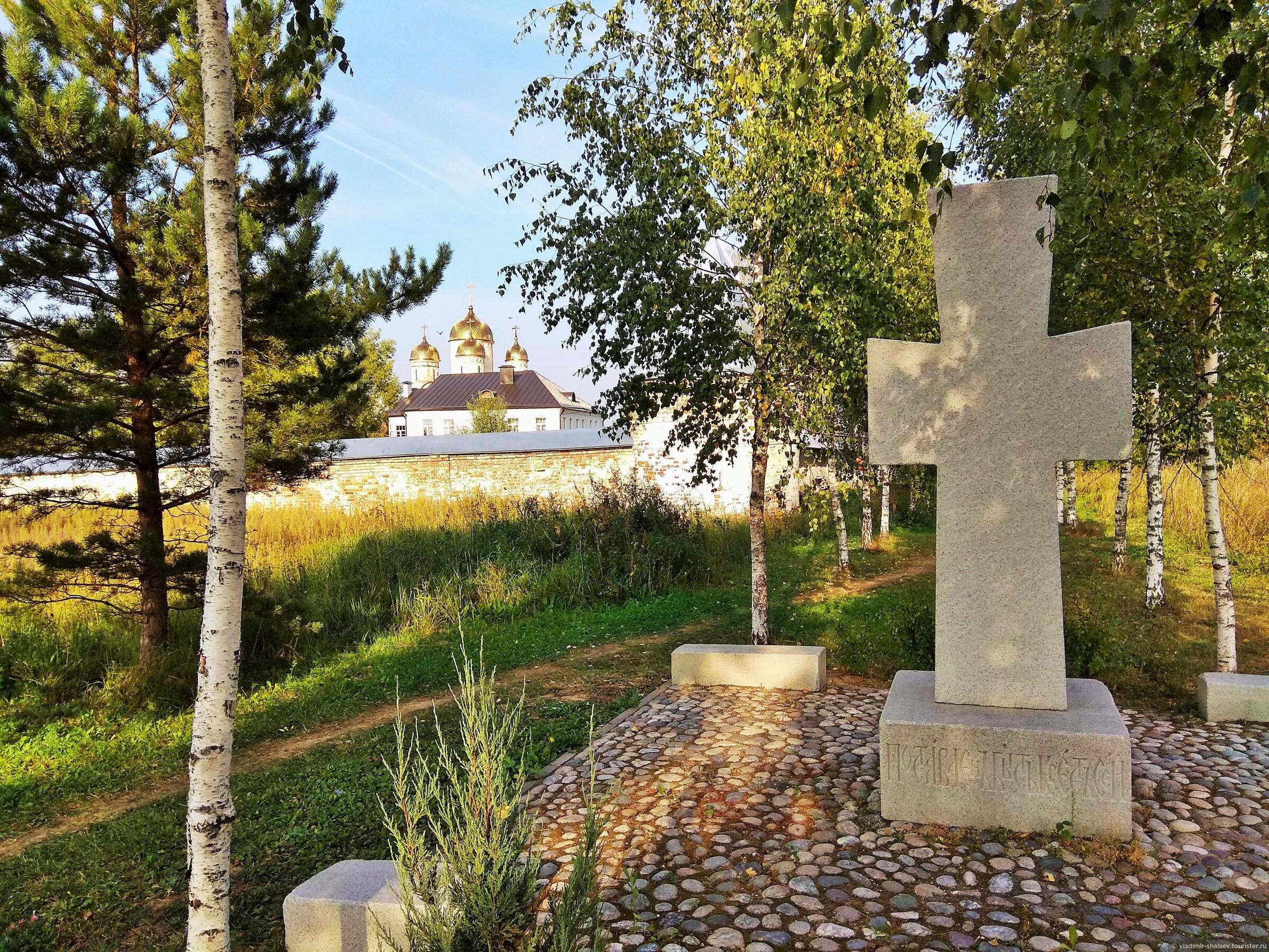 В конце берёзовой аллеи - поклонный крест., Попутный город