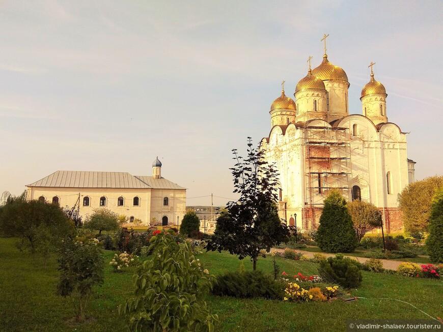 Сама территория монастыря благоустраивается. Ведутся реставрационные работы.