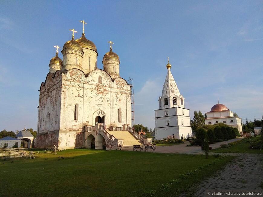 Собор Рождества Богородицы и колокольня с усыпальницей рода Савёловых.