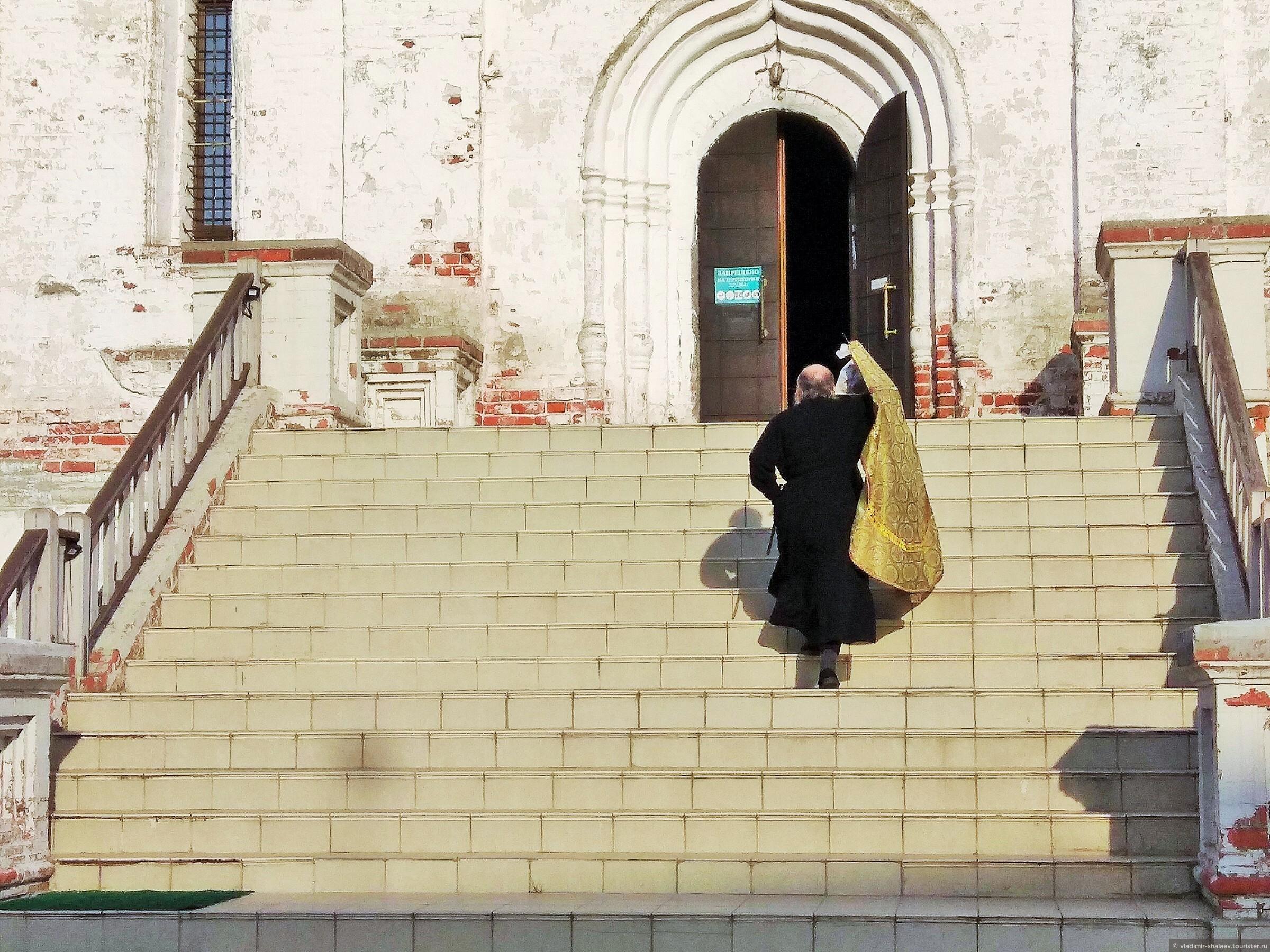 Богородице-Рождественский собор построен в XVII веке, фрески практически не сохранились.   , Попутный город