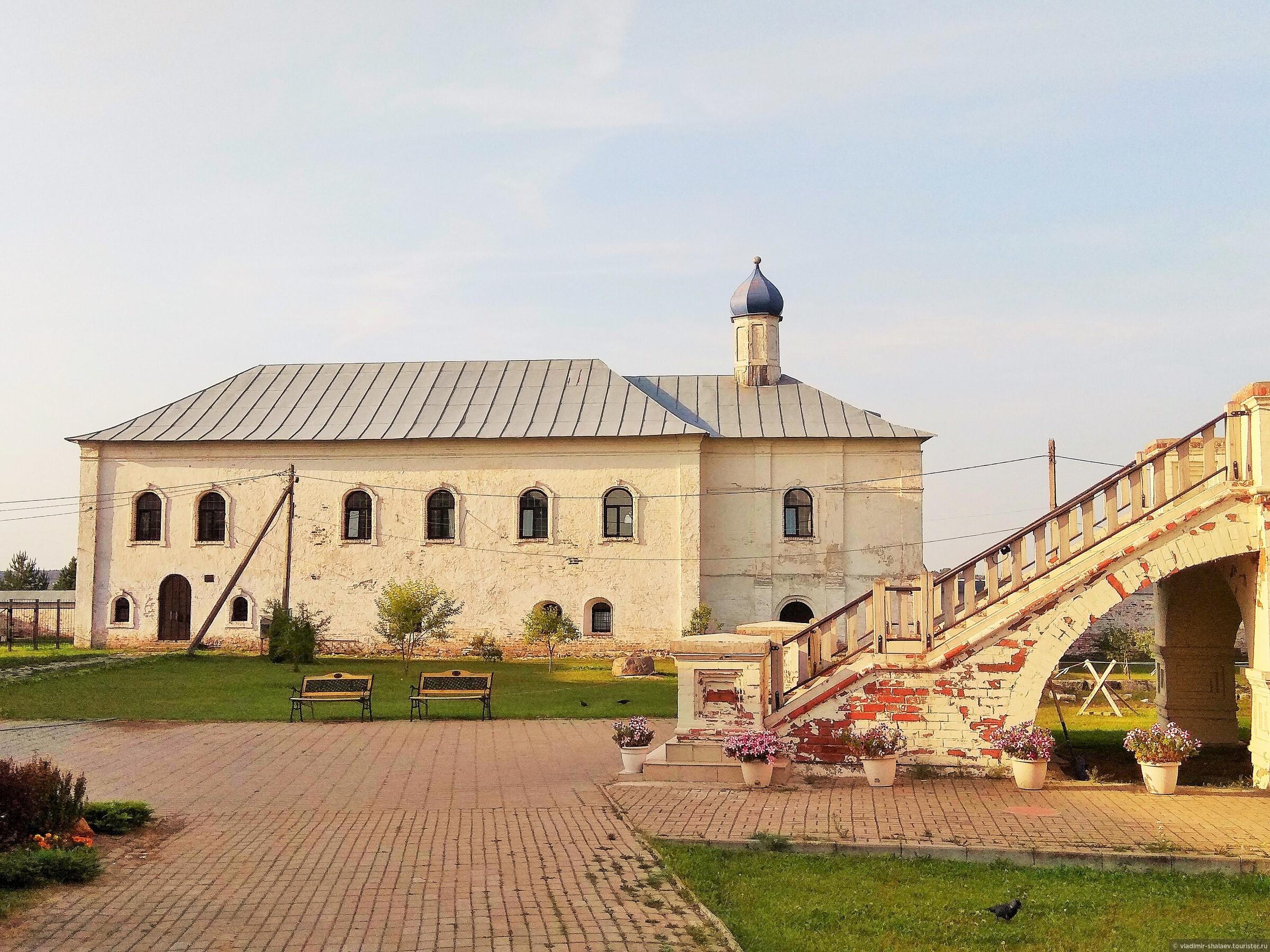 Введенская церковь с трапезной палатой. Построена в XVIII в, затем была практически полностью перестроена, шатёр и верхняя часть стен разобраны, устроена простая кровля с главкой. В советские годы здание занимала фурнитурная фабрика. , Попутный город