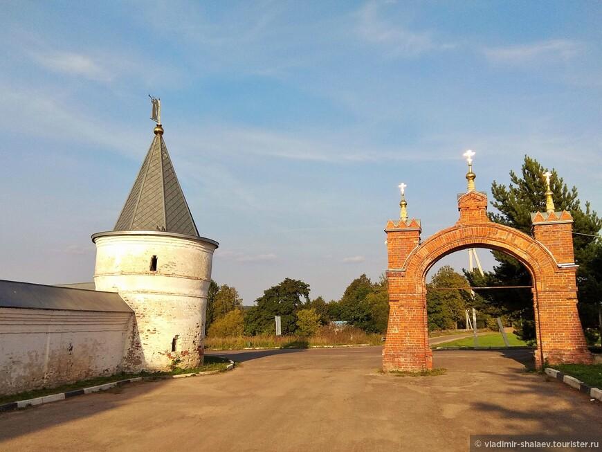 Ворота хозяйственного двора. Возведены в начале 90-х годов XIX века. Башня ограды монастыря (XVII в.)