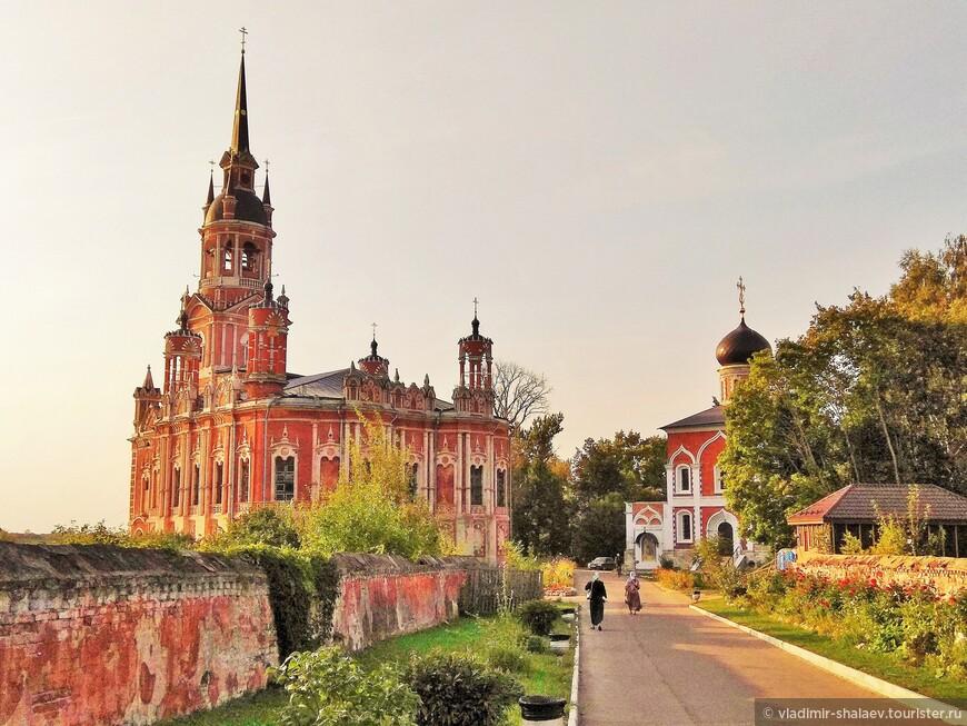 На территории кремля два собора - Ново-Никольский и Старо-Никольский (или храм Петра и Павла).