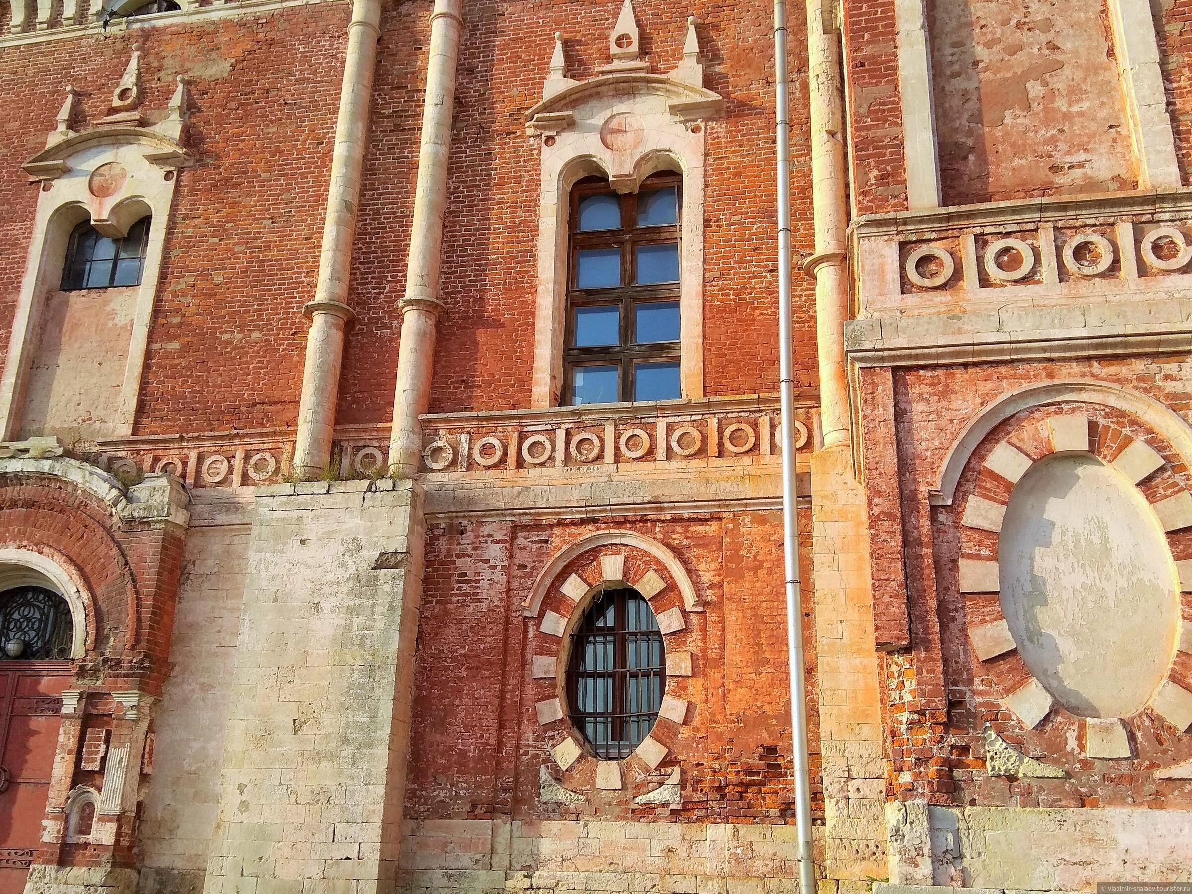 Собор очень красив из-за его естественного кирпичного цвета., Попутный город