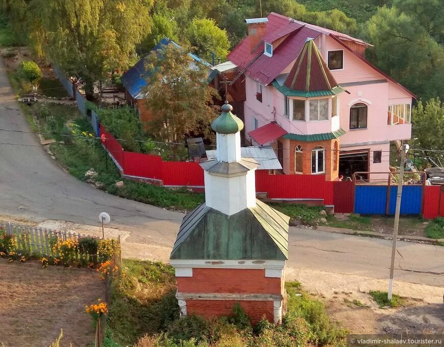 Небольшая кубическая кирпичная часовня у южного основания кремлевского холма. Сооружена к 100-летию Отечественной войны 1812 г..